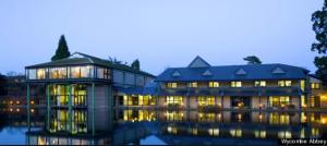 Wycombe Abbey имеет свой собственный лес, сады и озеро